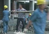 老总偷工减料盖房子 男子阻止被打 不料施工现场房子瞬间倒塌