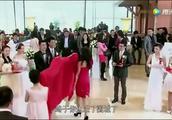 婚礼上新郎的第七八任前女友送来牌匾,不料新娘反应淡定
