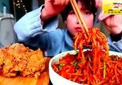 吃播大胃王,小姐姐挑战新疆爆辣炒米粉,真过瘾