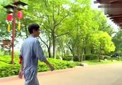 """王嘉尔和王凯""""越狱""""这段太搞笑了,网友:柔韧性男明星也不差!"""