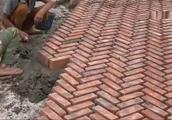 工地小伙把砖头竖着铺到院子里,看了半天不明白为什么这样铺