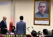 郭台铭在国民党中央分别向孙中山、两蒋父子画像三鞠躬