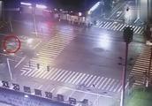 外籍男子骑电动车闯红灯被撞飞!因语言不通司机报警 交警:全责
