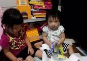 大宝二宝一起玩撕纸巾游戏,是不是所有的小宝宝都喜欢玩这个!