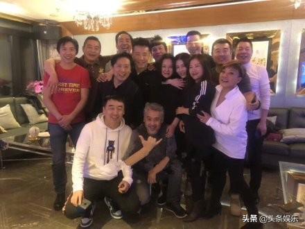 吴秀波风波后露面 与友人开心聚会