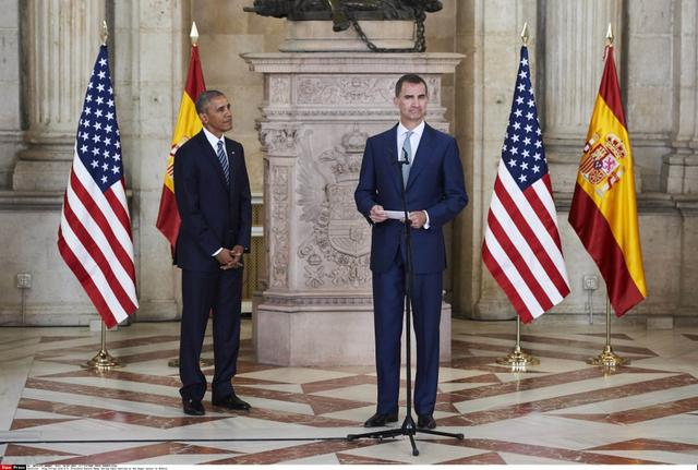 奥巴马访问西班牙 King Felipe with U.S. President Barack Obama during their meeting at the Royal palace in Madrid.