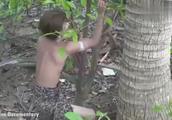 农村男孩野外漂泊生存,用石头砍断树干制作武器,妥妥的原始技术