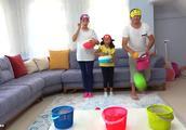 小萝莉姐妹和爸爸一起用彩球投框,看谁投的多