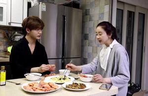 陈华做一桌菜和妻子咸素媛一起吃,对自己厨艺非常满意