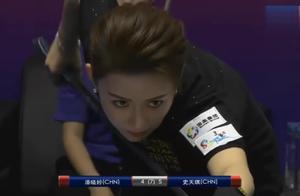 为了能进球,潘晓婷什么也不顾了,直接趴在桌子上打球