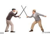 八旬老人暴打女司机打断拐杖,年长者请自重。