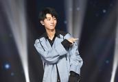 王俊凯被摸腰,好脾气的明星也皱起了眉头!