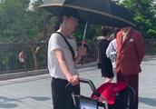 董璇带女儿游迪士尼,素颜低调气质好,与路人热聊被赞真人超美