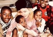 麦当娜分享与四儿女共度圣诞照片