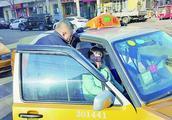 哈尔滨的哥何海波照顾脑瘫女儿14年 出车时把女儿放副驾驶