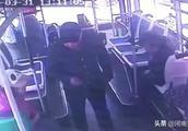 公交车上,老人身上飘出刺鼻味道,凑近一看汗毛倒竖!