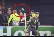 就这素质?C罗庆祝时荷兰球迷投掷啤酒杯!6球主宰克鲁伊夫平伊布