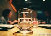 因一杯水倒闭的餐厅,发人深省!