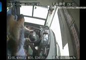重庆公交坠江赔偿方案,发生在公交车上暖心瞬间,更应被记住~